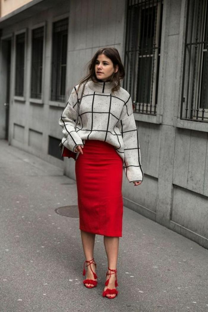 jupe longue crayon rouge avec gros pull blanc aux carrés noirs, sandales rouges avec des lacets pompons, bien habillée, comment bien s habiller