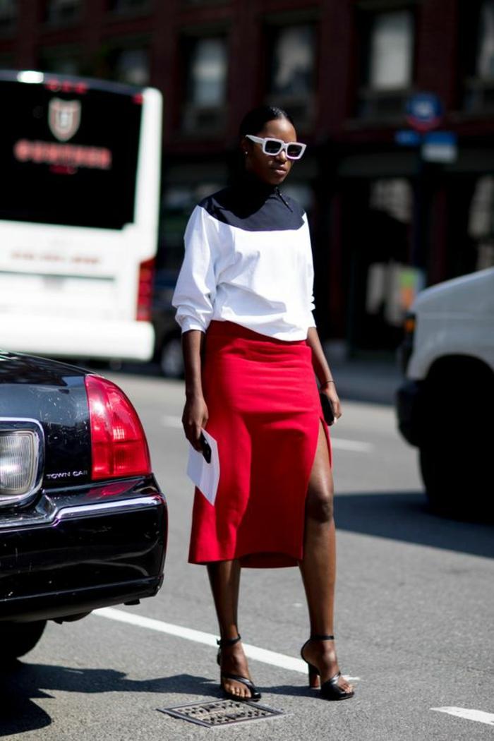 jupe rouge avec fente sur la jambe gauche, blouse blanche manches retroussés, tenue décontractée femme, comment bien s habiller