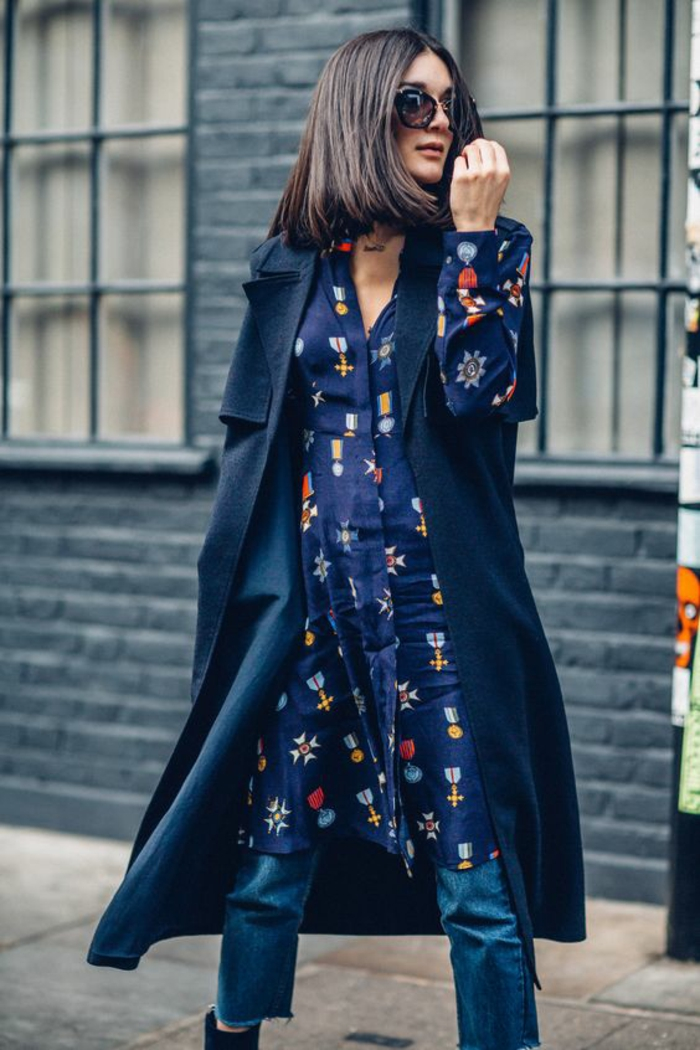 veste longue imperméable en bleu marine, tunique en bleu marine et motifs fleuris, pantalon en bleu clair, chic urbain, casual chic femme, pantalon habillé femme