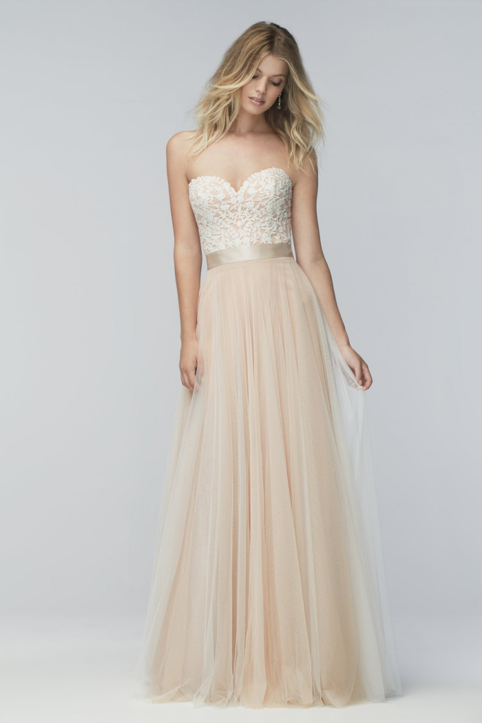 coloration tendance balayage blond sur cheveux chatain foncé, modèle de robe longue avec bustier coeur et ceinture