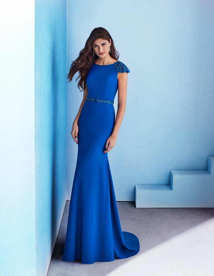longue robe de soirée pour mariage élégante de couleur bleu foncé avec décoration glitter sur la ceinture et les épaules