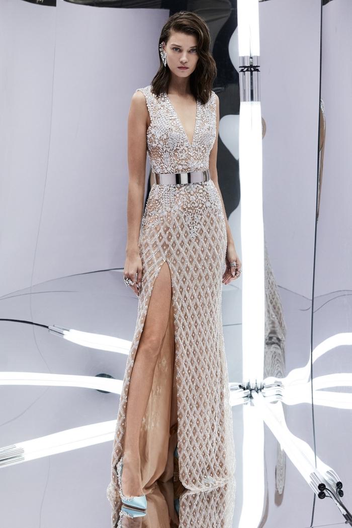 idée pour robe de soirée longue pour mariage de couleur nude et argenté aux lignes géométriques avec ceinture métallique