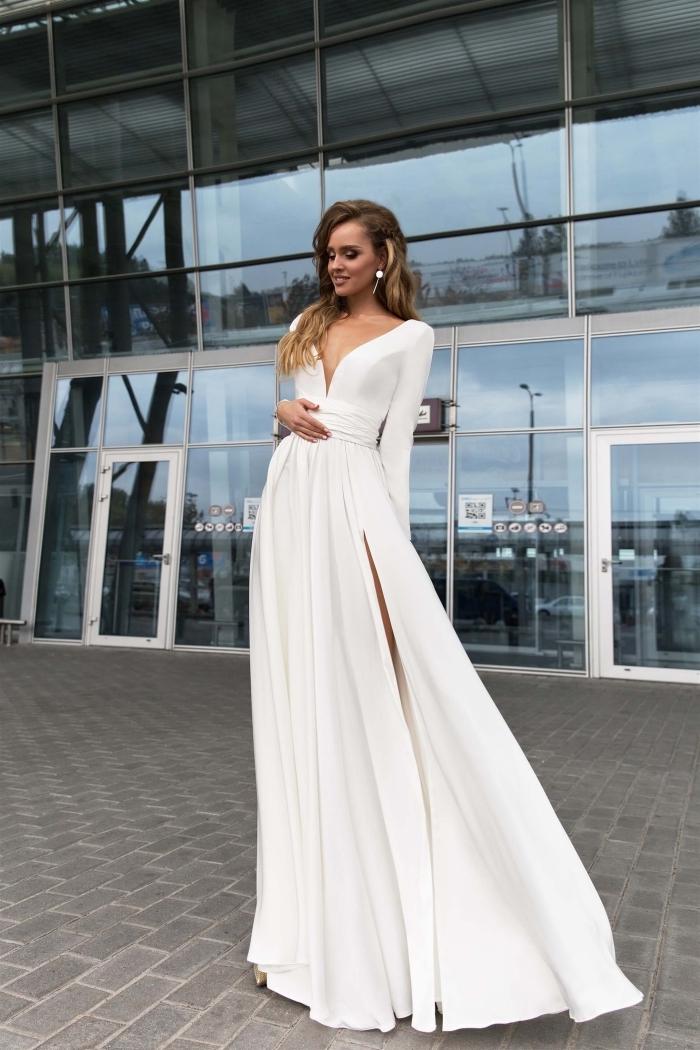 modèle de longue robe de soirée pour mariage de couleur blanche avec manches longues et décolleté en v