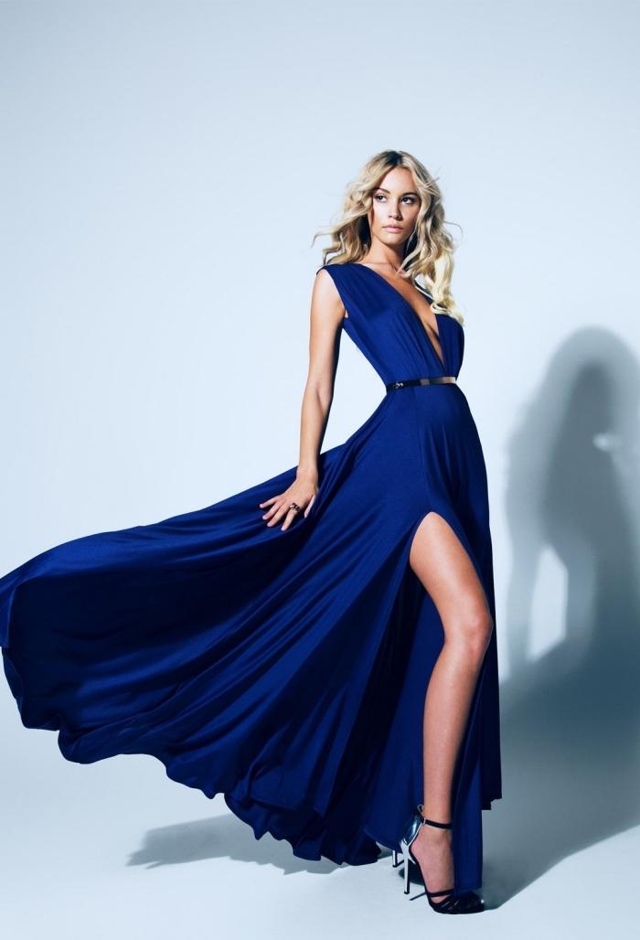 coiffure de cheveux longs et blonds naturellement bouclés, modèle de robe de cocktail pour mariage chic de couleur bleu foncé