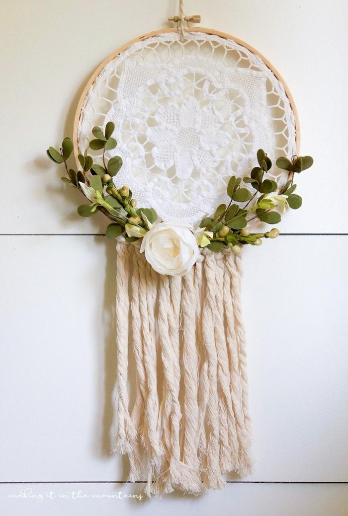 attrape reve fait main pour mariage, tmbour à broder qui renferme une dentelle blanche, chutes de laine, branches vertes et rose blanche