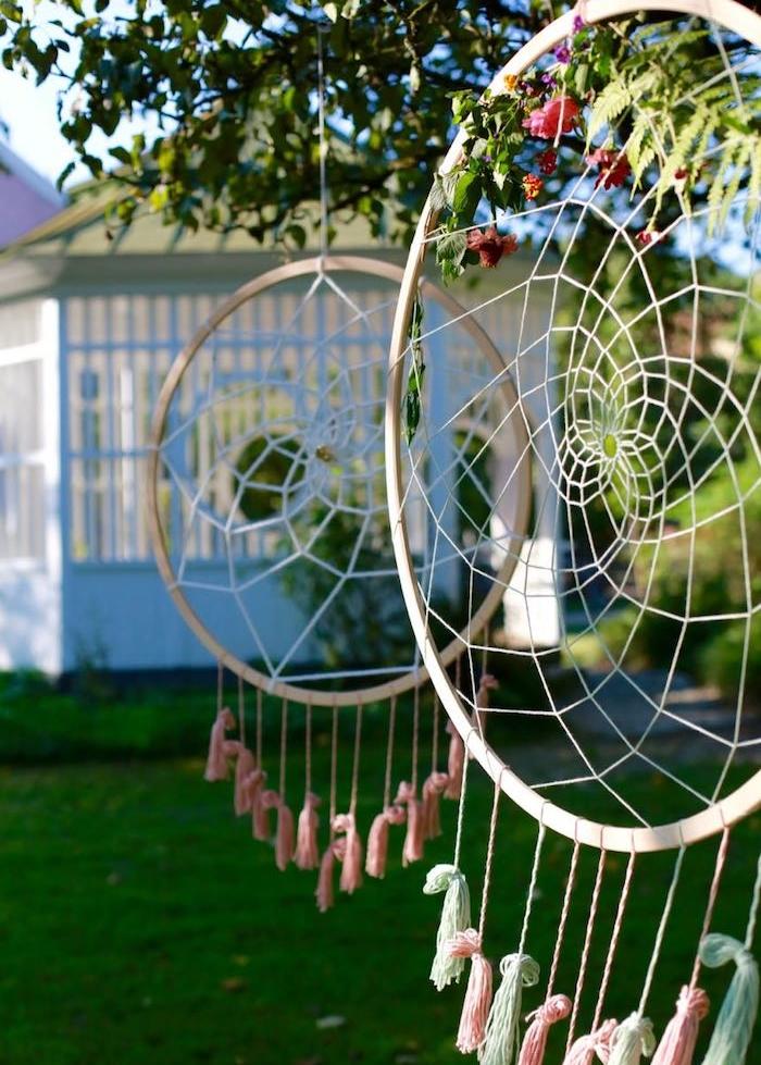 decoration mariage ou anniversaire avec attrape reve geant en tambour à broder, filet blanc, pompons à franges colorées