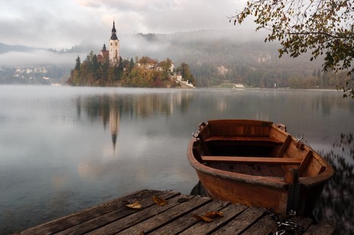 choisir un fond ecran paysage féerique, château sur ile avec foret au bord d'un lac, brouillard aux dessus lac