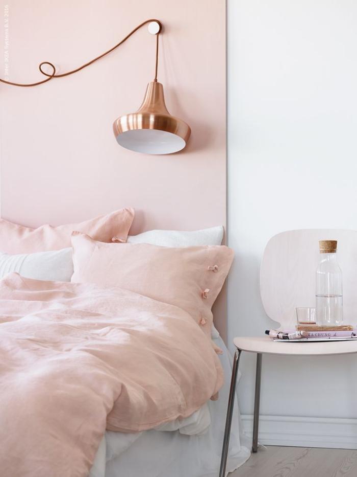 aménagement chambre fille aux murs blancs avec pan de couleur rose poudré, lit bas avec lampe industriel à design cuivré