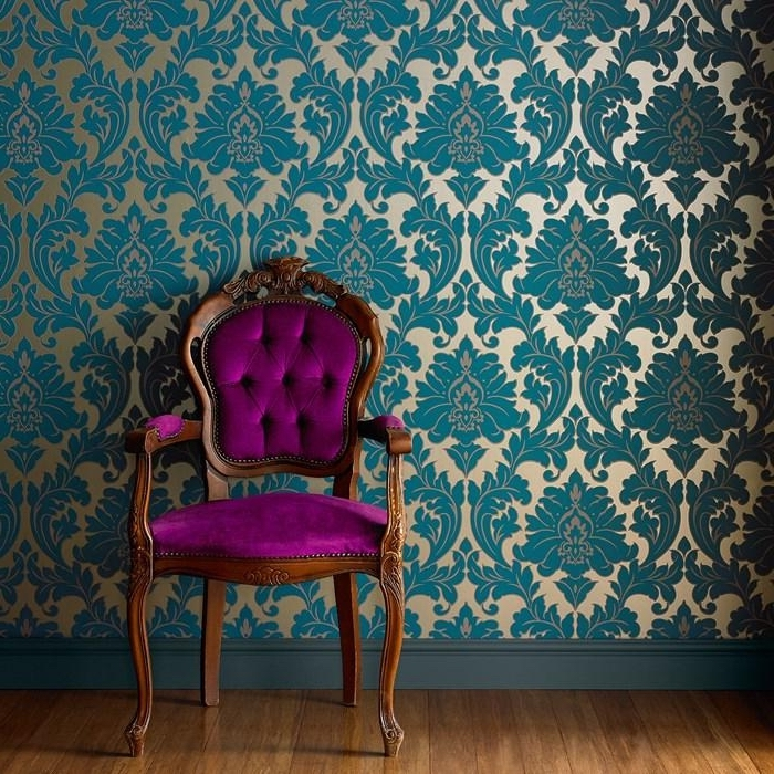 décoration d'intérieur en style baroque avec meuble de bois et tissu violet, papier peint vintage aux motifs volutes