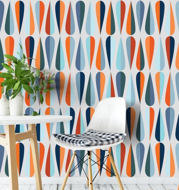 modèle de papier peint salon à design graphique multicolore, aménagement pièce claire avec meubles de bois et blanc