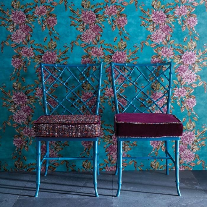 idée comment associer les couleurs bleu et violet pour une déco de salon chic et moderne avec papier peint floral