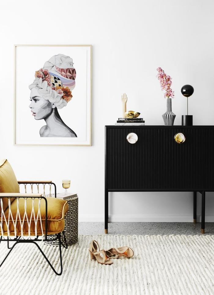déco de salon aux murs blancs avec armoire noire et chaise à housse jaune moutarde, peinture blanc et noir à cadre bois clair