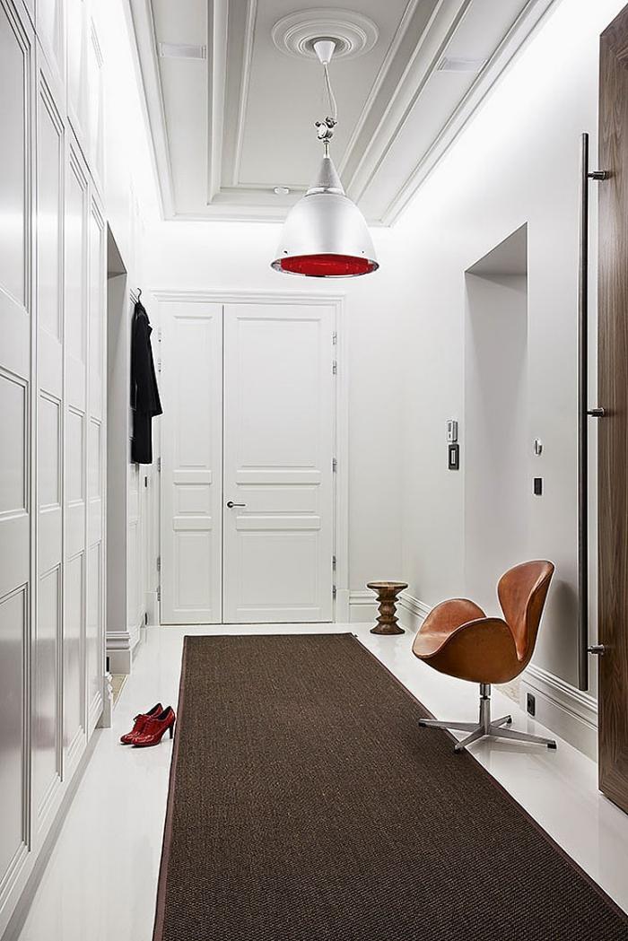 idée pour le choix de tapis de couloir étroit et long marron sur plancher au carrelage blanc et murs clairs