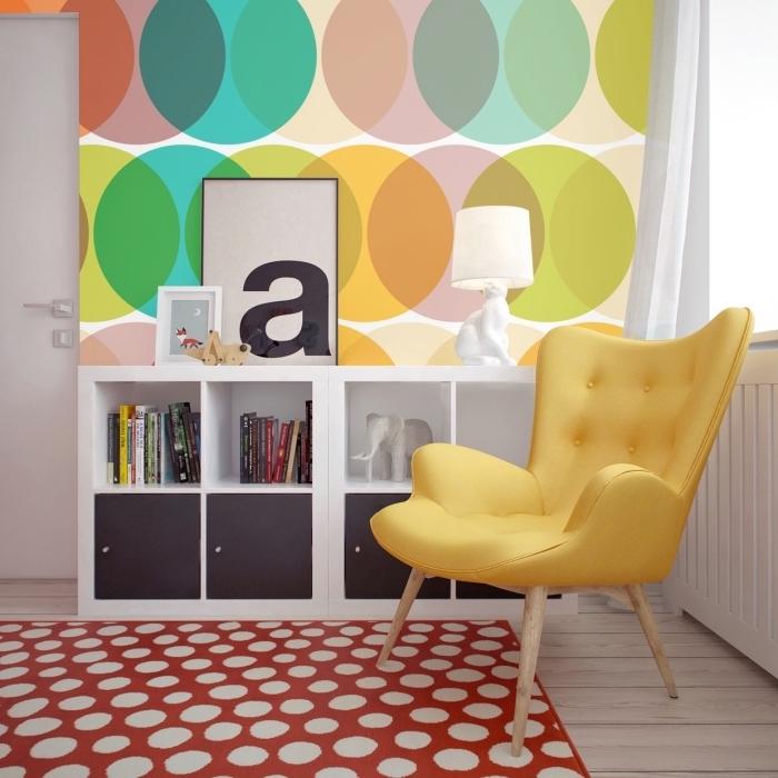 tapisserie murale multicolore aux motifs géométriques cercles, déco chambre enfant avec chaise papillon jaune