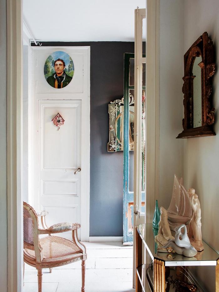 exemple de peinture couloir en blanc et gris, meubles de style rétro vintage et shabby chic en couleur rose pale et or