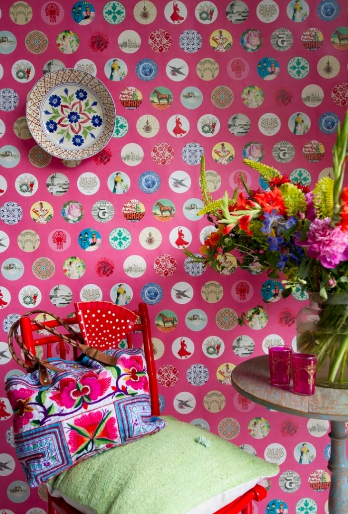 design intérieur vibrant avec papier peint fleuri de couleur rose aux motifs variés multicolore, déco avec table ronde vintage et chaise rouge de bois