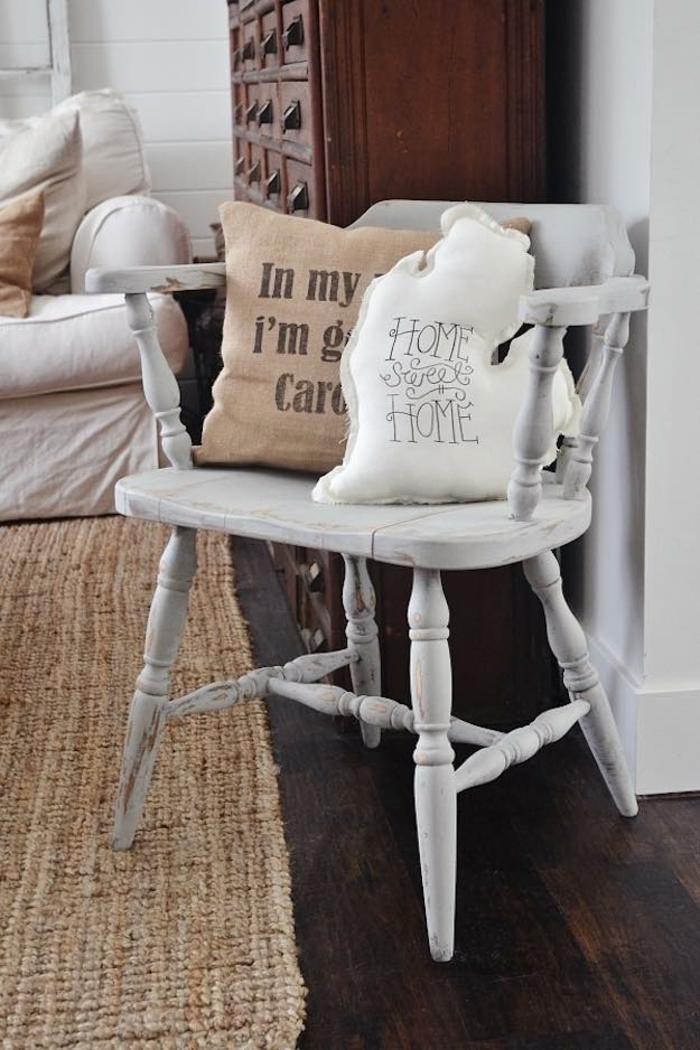 déco maison fait main, chaise laquée blanche, tapis en jute, coussins déco, armoire apothicaire