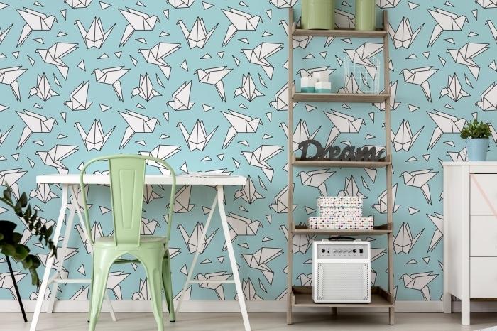 décoration de chambre d'enfant avec meubles de bois blanc et revêtement murale en papier peint oiseaux origami