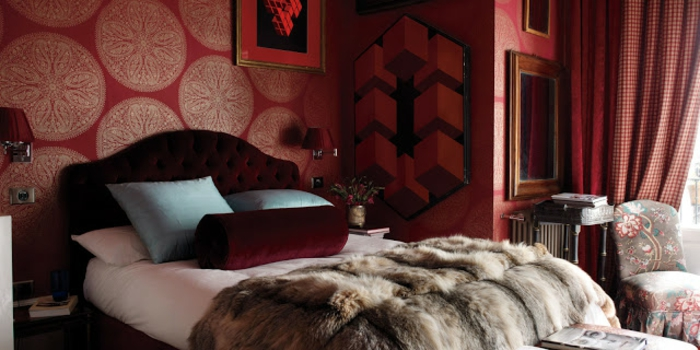 papier peint blanc et rouge bordeaux, tête de lit rouge bordeaux, plaid fausse fourrure, fauteuil et table vintage