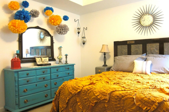 déco en papier origami, commode bleue, miroir mural, plaid jaune, miroir décoratif