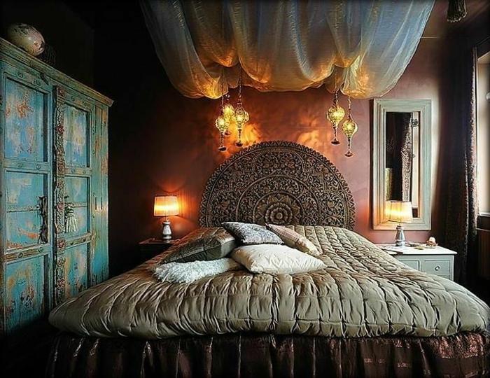 chambre orientale, tête de lit ronde, baldaquin en toile blanche fine, mur pourpre