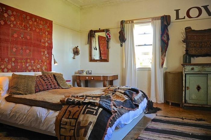 lit style boho chic, tenture murale rouge, miroir rectangulaire, petit placard bleu shabby