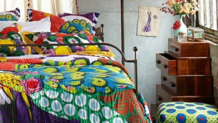 lit deco boheme, couverture en couleurs différentes, rangement en bois modulable, tabouret bariolé