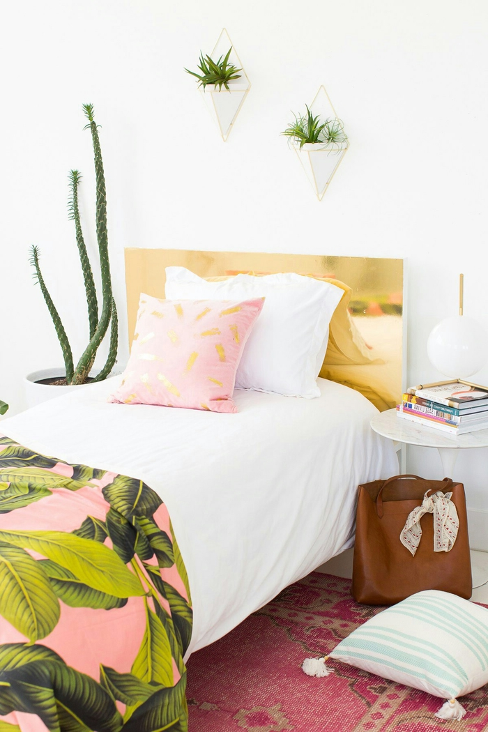 deco de chambre adulte de style bohème chic aux motifs tropicaux, tête de lit personnalisée à effet cuivre
