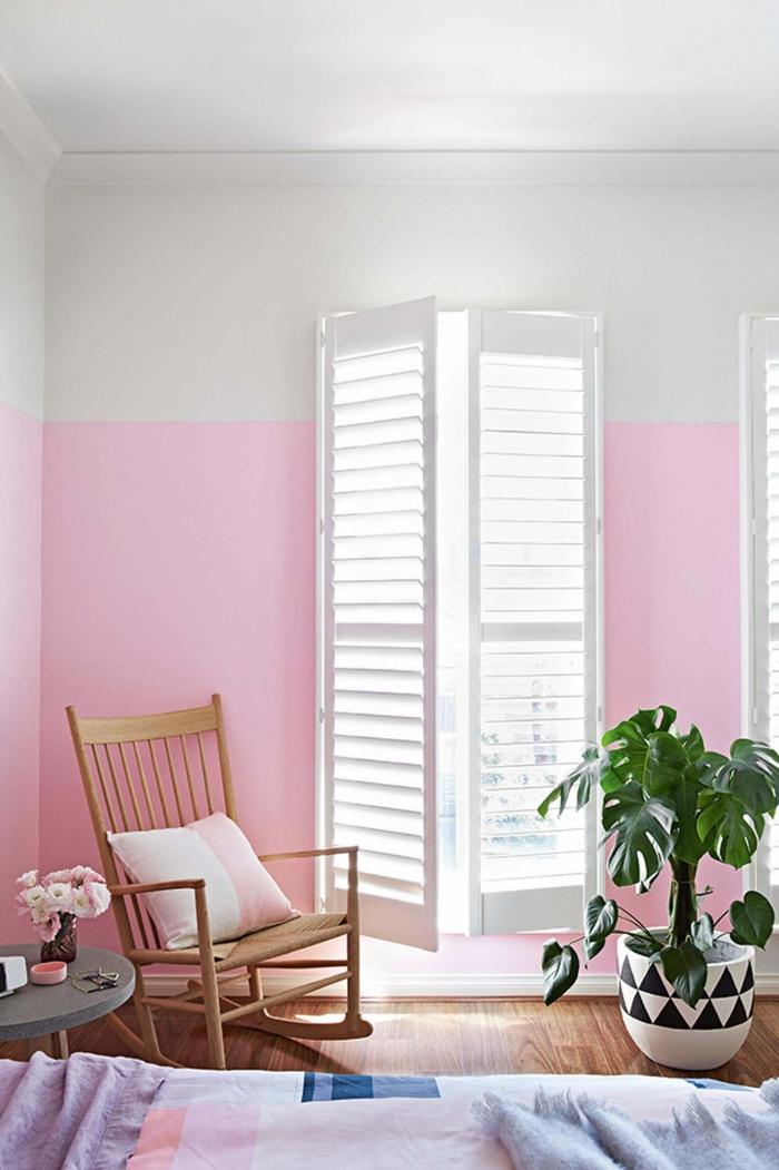 deco chambre adulte ultra féminine en nuances de rose et de violet sublimée par des motifs graphiques et par un coin de lecture aménagé prés du lit