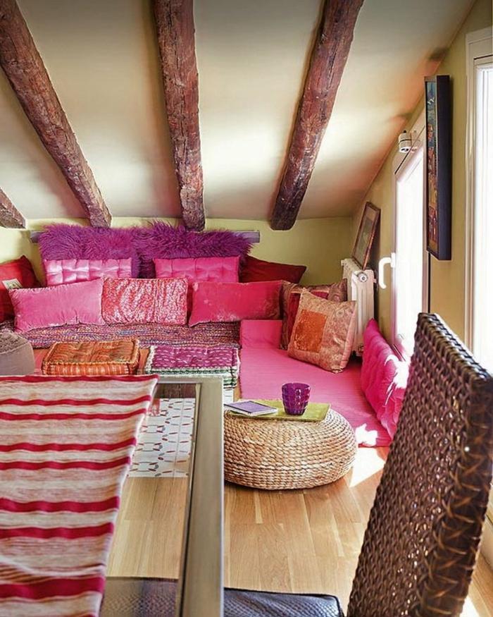 style boheme chic, poutres visibles au plafond, coussins cyclamen, pouf en rotin, nappe de table rayée