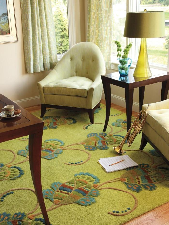 pièce en vert et ivoire, feng shui salon, fauteuils en tissu vert pistache, table en bois massif, parquet en bois clair, luminaire en abat-jour vert, avec base en verre jaune transparent