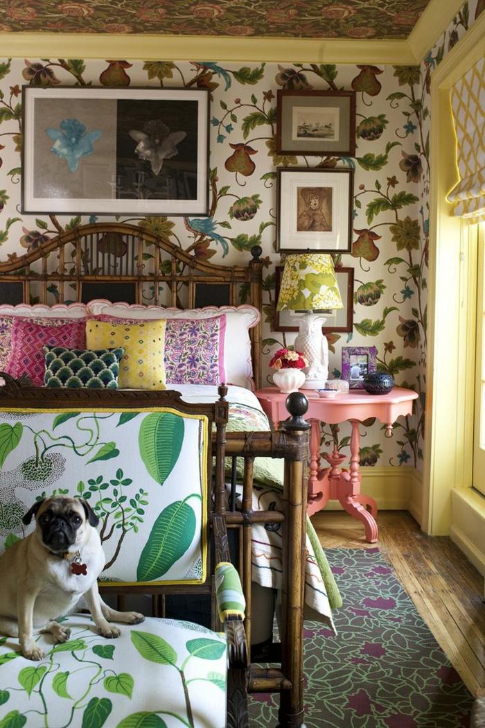 chaise aux imprimés végétaux, petite table baroque, papier peint motif floral, lit vintage