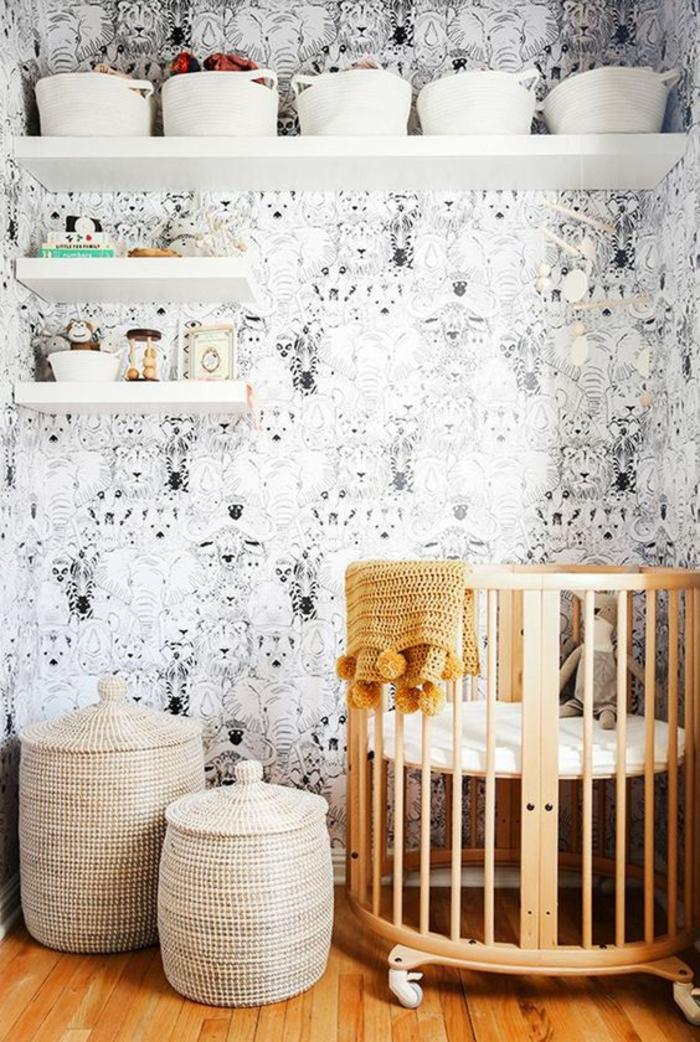 decoration chambre enfant, chambre gris et blanc, mur en noir et blanc, étagères blanches, lit rond avec barreaux, deux paniers tressés petit et grand avec des couvercles