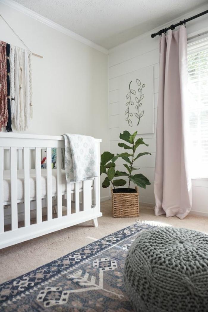 1001 idees pour la decoration chambre bebe fille With tapis chambre bébé avec grand pot de fleur de couleur