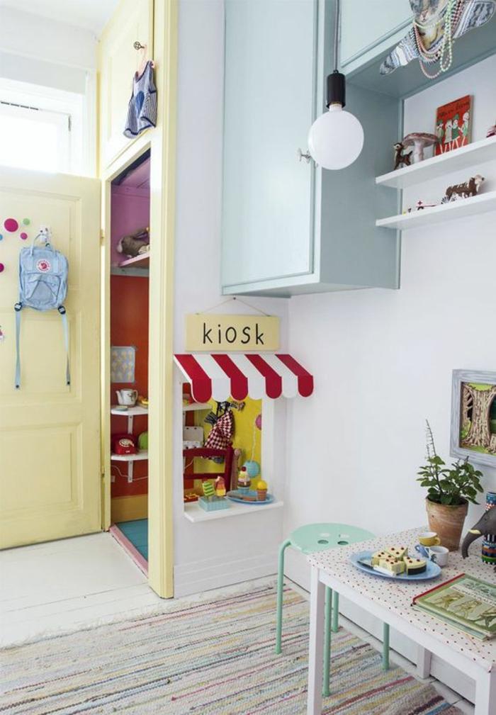 décoration chambre fille, chambre en bleu pastel et blanc, tapis en nuances pastels, meubles suspendus en bleu pastel, table avec chaise basse en bleu turquoise