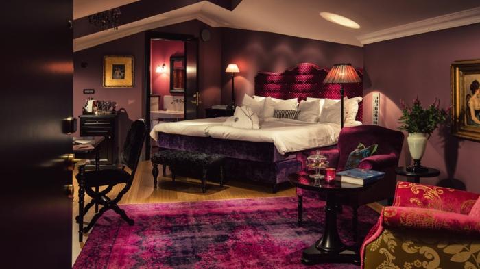 tapis pourpre, peinture pour salon lie de vin, grand lit, grande chambre mansardée