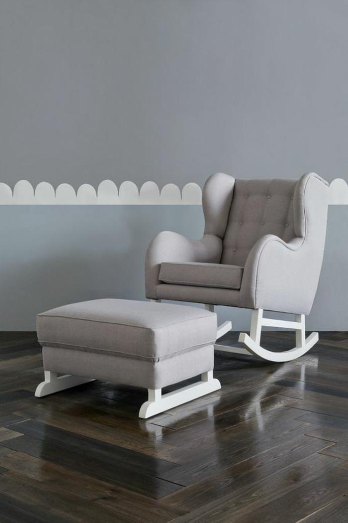 décoration chambre fille, fauteuil balançoire avec des pieds blancs, tabouret carré avec des pieds en bois blanc, parquet en nuances marrons sombres, mur en bleu pastel avec une frise en forme de nuages blancs au milieu du mur