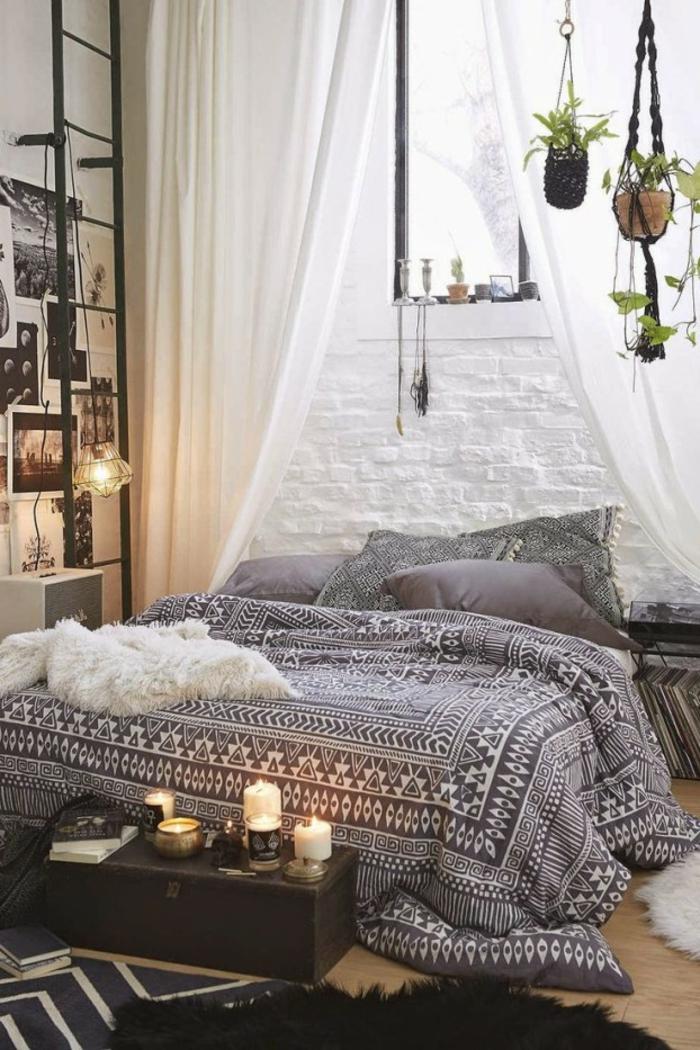 mur en briques apparentes peintes blanches, lit boho chic dans une chambre orientale, petite valise vintage avec bougies