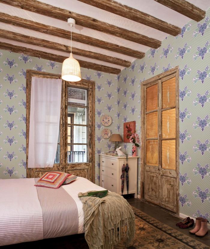chambre parentale style boho chic, poutres en bois, lit en couleurs claires et matières naturelles