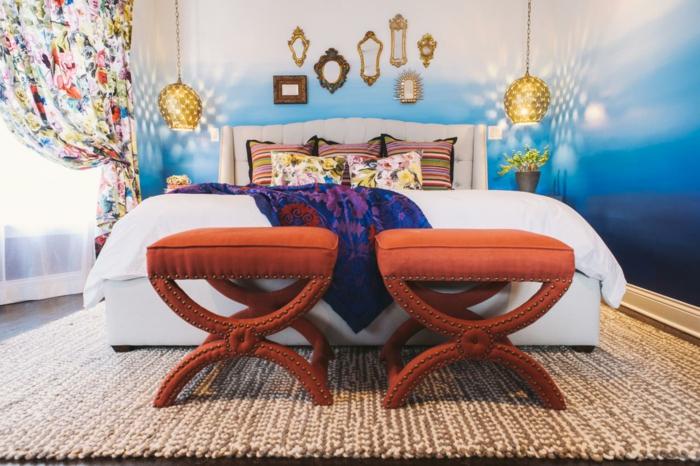 lampes suspendues, tabourets oranges, tapis beige, lit blanc élégant, rideau blanc aux figures colorées