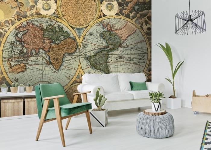 revêtement mural dans le salon avec un papier peint vintage à design globe du monde et boussoles, déco en blanc et bois avec accessoires verts