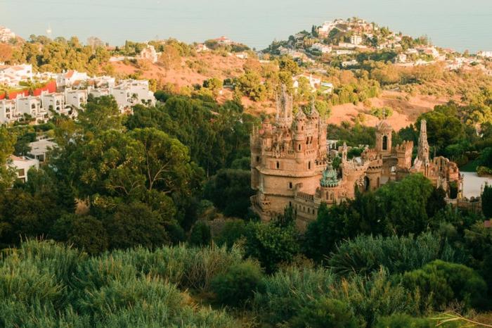 paysage de reve, endroit paradisiaque, château princier, mer a l'horizon, foret dense autour du château, immeubles blancs de type résidence de vacances