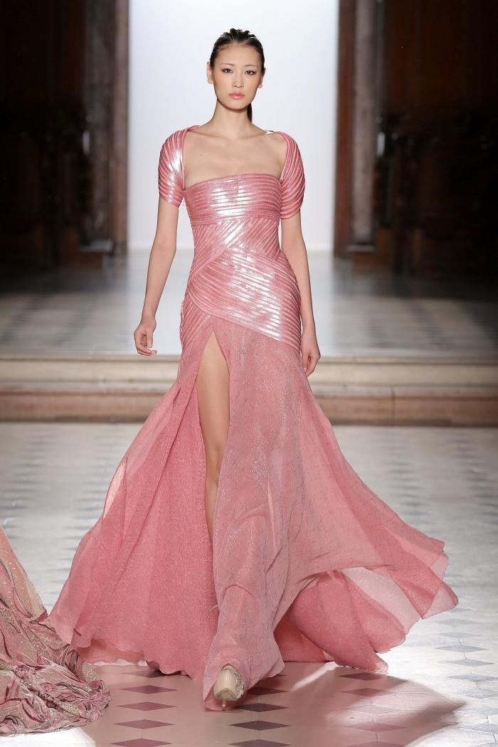 modèle de robe élégante avec manches courtes et jupe à volants de couleur rose pastel combinée avec chaussures beige