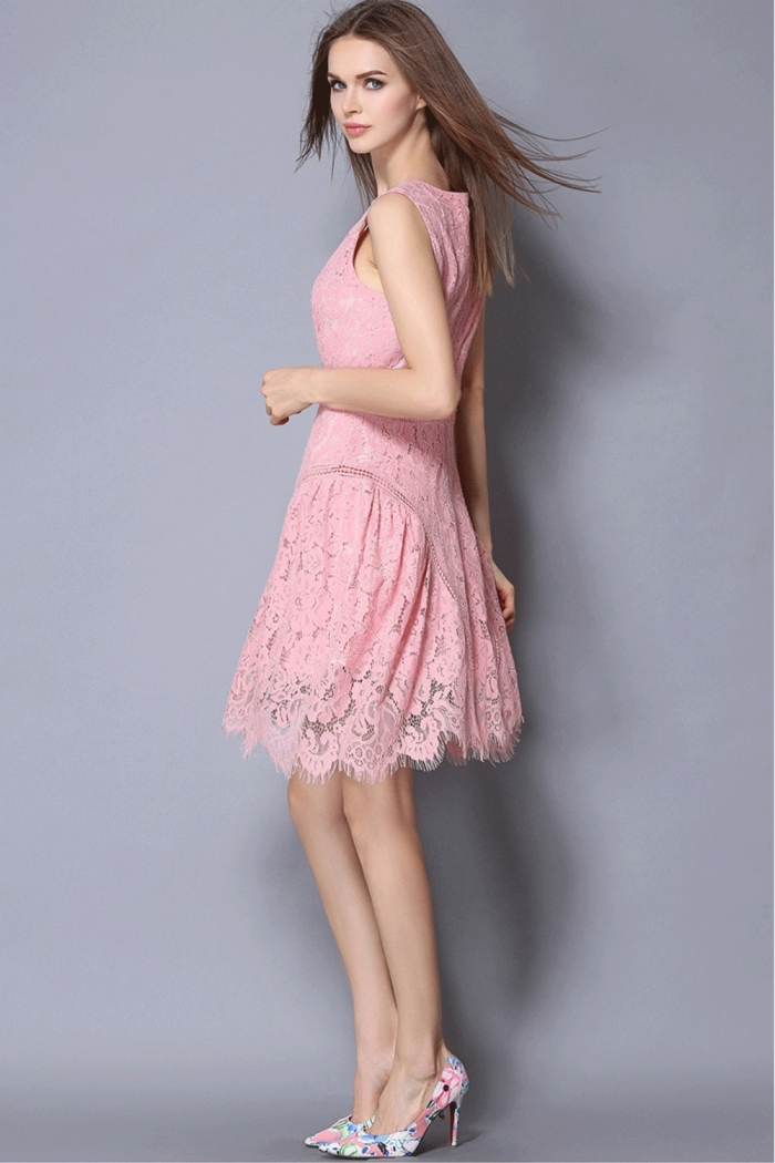 robe de cocktail pour mariage chic de couleur rose, exemple de robe courte en dentelle florale combinée avec chaussures florales