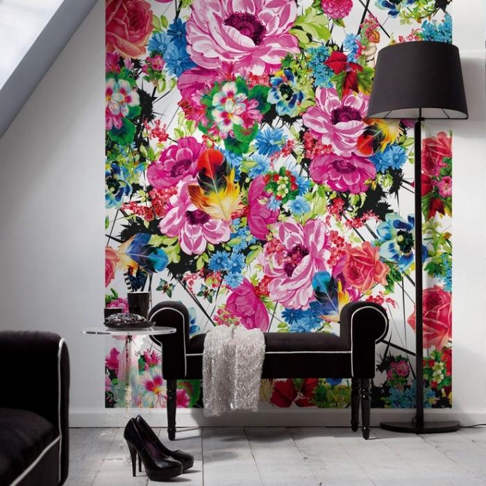 exemple de papier peint fleuri multicolore dans un salon aménagé en blanc et noir avec parquet de bois blanc