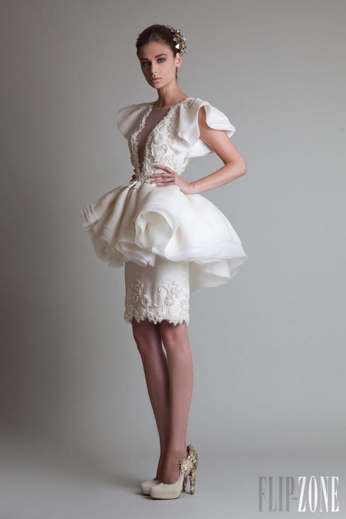 exemple de robe de mariée tendance blanche courtes avec jupe à volant et manches courtes à décolleté transparent