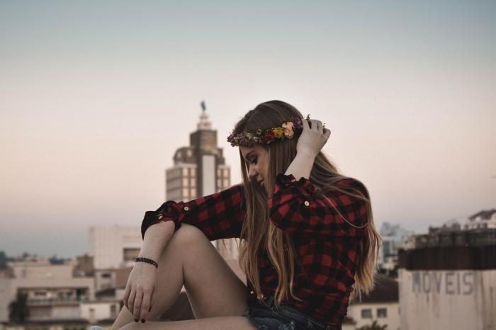 tenue en chemise rouge et noir combinée avec shorts en denim, couronne de fleurs sur cheveux longs en balayage blond