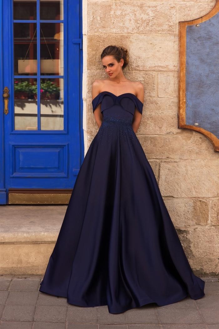 look romantique en robe longue avec bustier coeur et manches tombantes de couleur bleu foncé à porter avec cheveux attachés