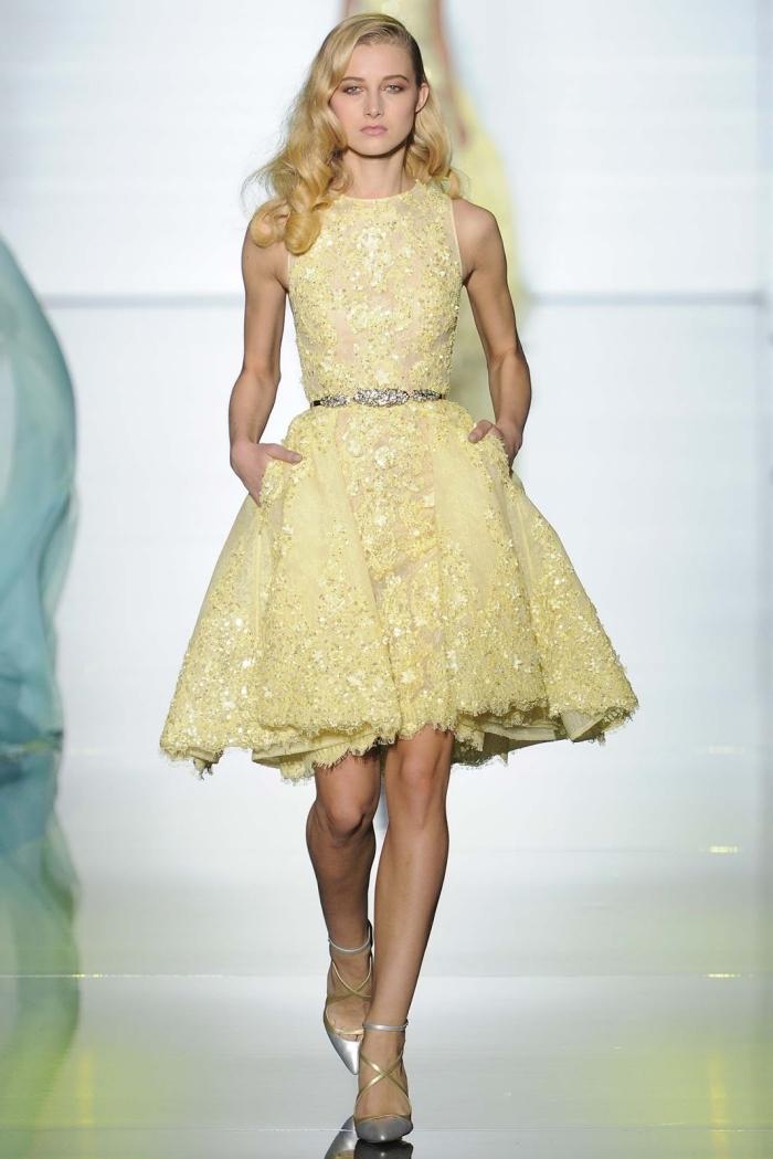 modèle de robe chic pour mariage à design courte avec haut transparent et jupe à dentelle florale de couleur jaune pale