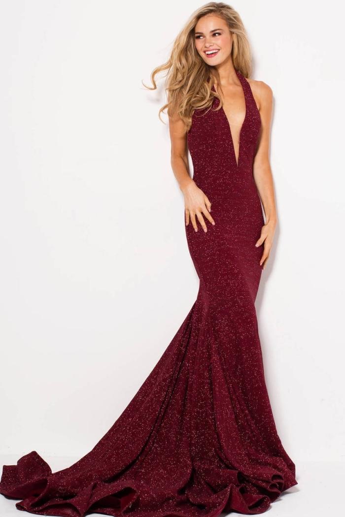 modèle de robe sirène à décolleté en V de couleur bordeaux, jolie blonde à look élégant avec robe cérémonie rouge